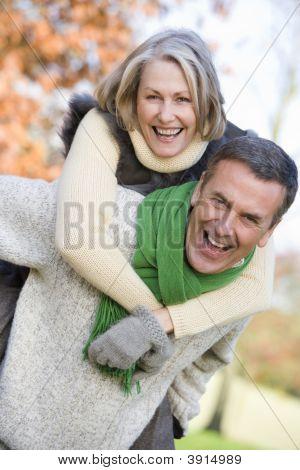 Mann mit Frau auf Rückseite in woodland