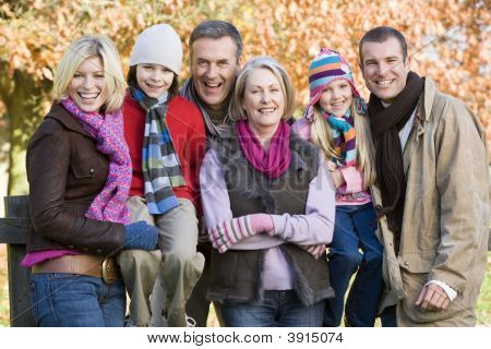Generational Family auf woodland zaun