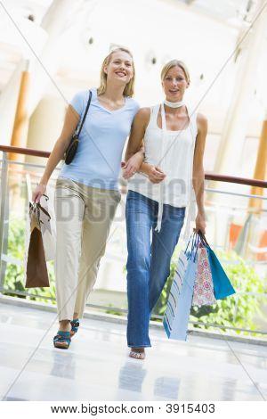 Frauen in Shopping-Mall mit Taschen