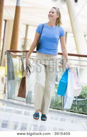 Mujer en centro comercial con bolsas