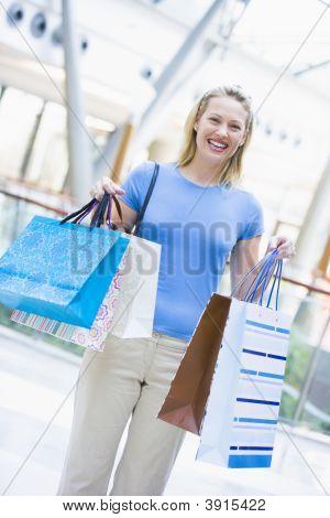 Frau im Einkaufszentrum halten Sie die up bags