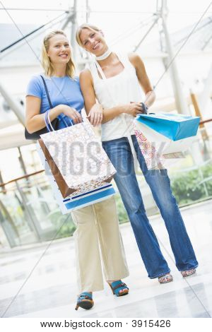 Mujeres en el centro comercial con bolsas