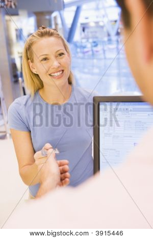 Frau Zahlung mit Karte in shop