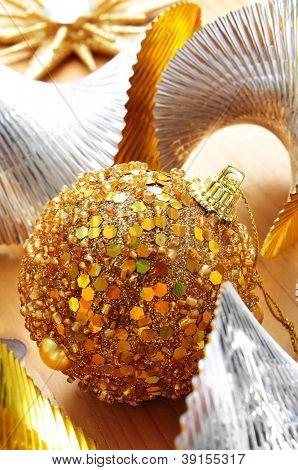ein Haufen von verschiedenen Christbaumschmuck, wie ein golden Christmas Ball, ein Stern und hügeligen garl