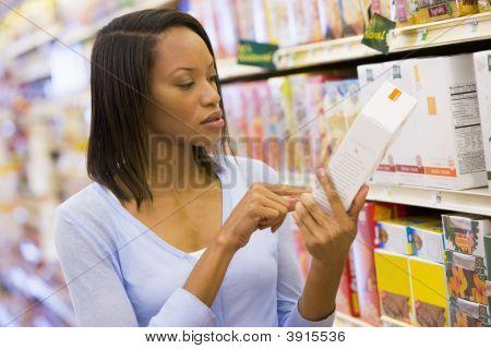 Pacote de leitura mulher no supermercado