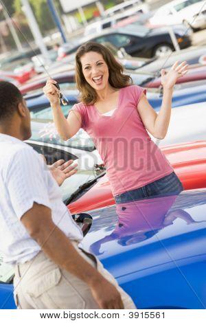 Mujer mirando para comprar coche