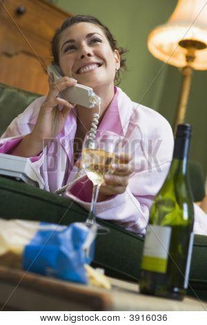 Frau am Telefon trinken