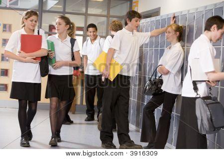 Adolescentes en el corredor de la escuela en forma de clase