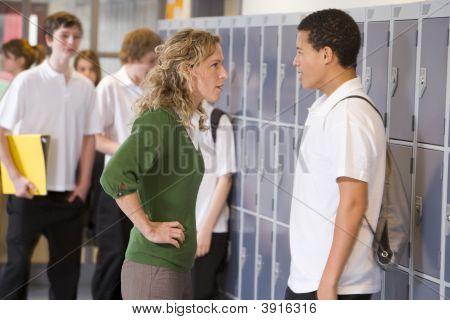 Teen Boy wird sagte ab von Lehrer in der Schule-Korridor