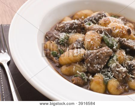 Rabo de boi estufado em vinho tinto com nhoque de manjericão e queijo parmesão