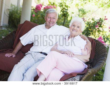 Senior Couple sitzen im freien