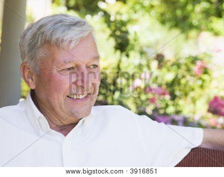 Senior Man sitzen im freien