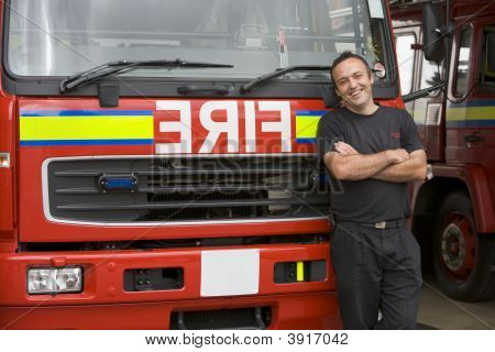 Feuerwehrmann standing in front of Fire engine