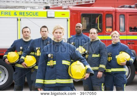 sechs Feuerwehrmänner ständigen von Feuerwehrauto