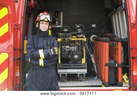 Socorrista mantiene abierta la puerta trasera del vehículo de rescate
