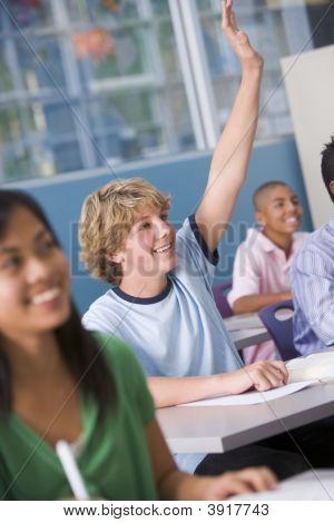 Estudiantes respondiendo preguntas en clase de geografía