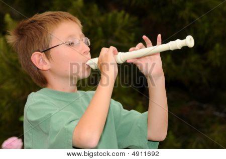 Niño tocando un grabador