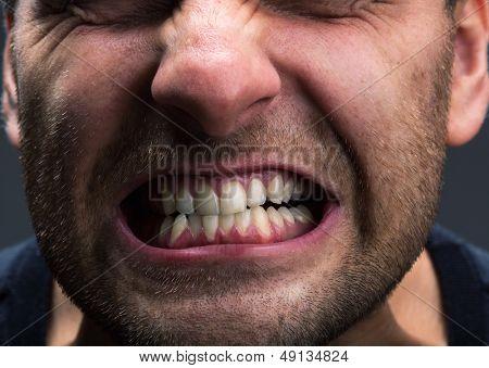 Closeup da boca do homem muito estressado