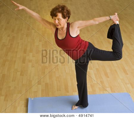 Senior Woman Ausübung Yoga