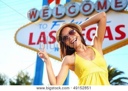 Tourist-Frau in Las Vegas Sign posiert glücklich. Asiatische gemischte Abstammung Touristen Mädchen Spaß vor