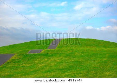 Pastagem no verão sob céu nublado
