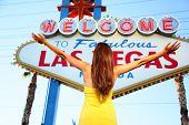 Постер, плакат: Добро пожаловать в сказочный Лас Вегас знак Женщина туристических счастливым стоял с поднятыми вне глядя на Лас