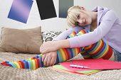 Постер, плакат: Полная длина портрет девушка улыбается сидя в кровати