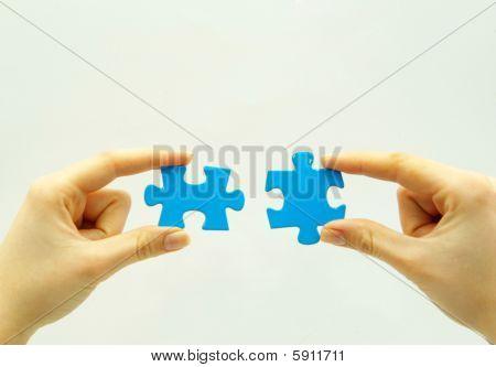 Quebra-cabeça em mãos