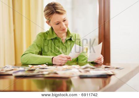 Mujer mirando fotos