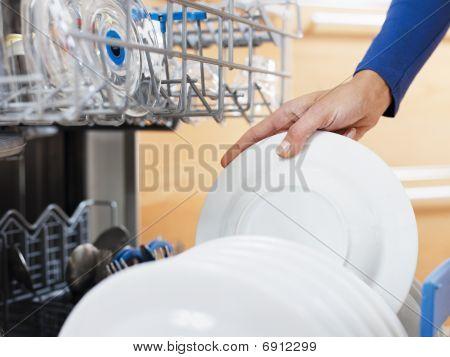 Mulher fazendo trabalhos domésticos