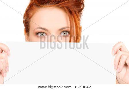 Mujer con tablero en blanco