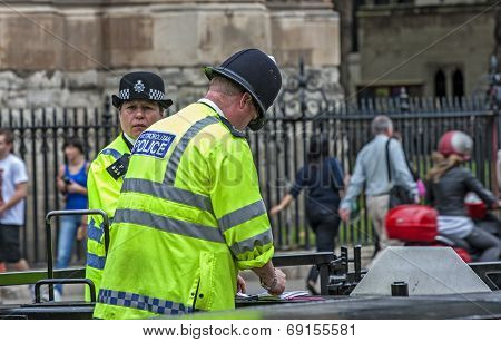 London Two Policemen Front Of Westminster Palace-3