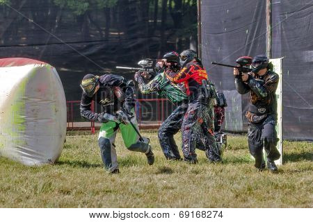 Paintball. Athletes in a protective manner.
