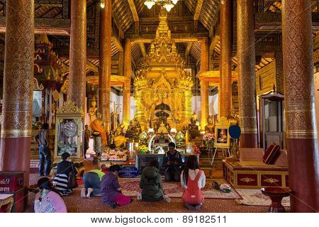 CHOM THONG, THAILAND, JANUARY 06, 2015: Thai people praying in the