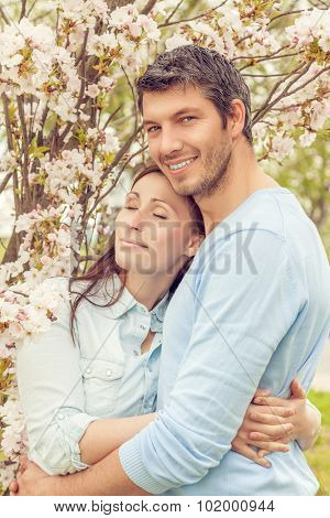boyfrineds hold his girlfriend outdoors