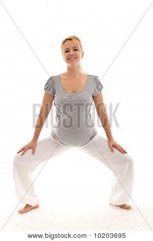 Schöne schwangere Frau, die Ausübung