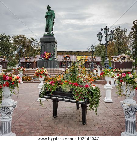 Moscow, Russia - September 17, 2015: Monument To The Russian Poet Pushkin In Moscow's Pushkin Square