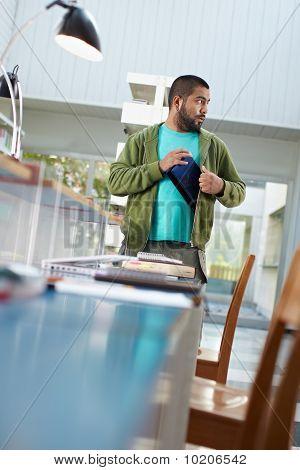 Estudiante robar Laptop en biblioteca