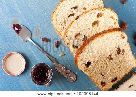 Sliced raisin bread