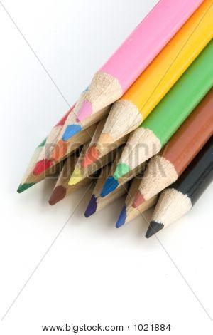 Lápices para colorear en pirámide - todo en foco