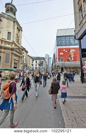 Crowded Rue Neuve - Nieuwstraat Shopping Street