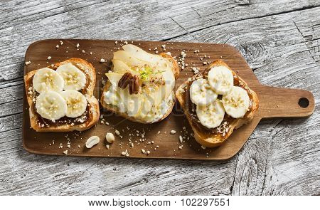 sandwiches with peanut-butter and banana and sandwiches with soft cheese, pear and honey