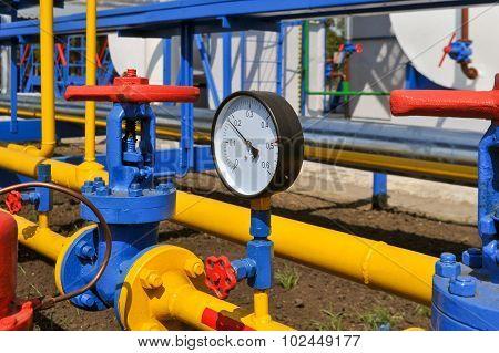 Pressure gauge and handle gate
