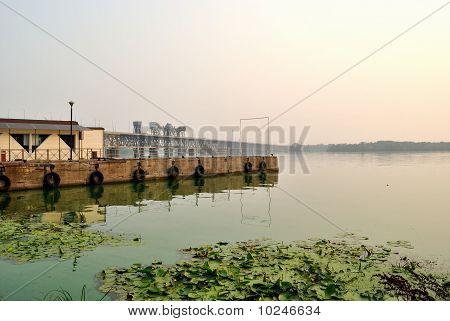 Der Anlegeplatz am Fluss in den frühen Morgenstunden
