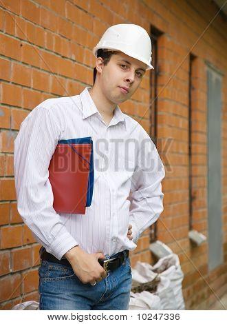 Constructora en casco con documentos