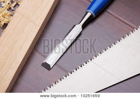 Tijolo madeira, formão e serrote no chão