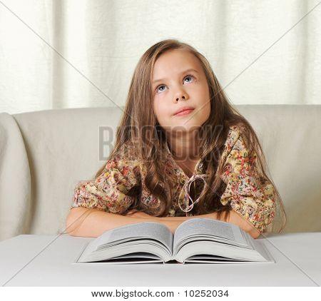Sueños de niña al leer el libro