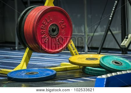disks from barbell on the rack