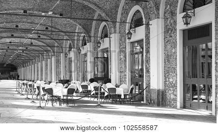 Bra (Cuneo): restaurant dehor. Black and white photo.