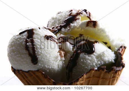 Eis mit Schokoladen-Sirup